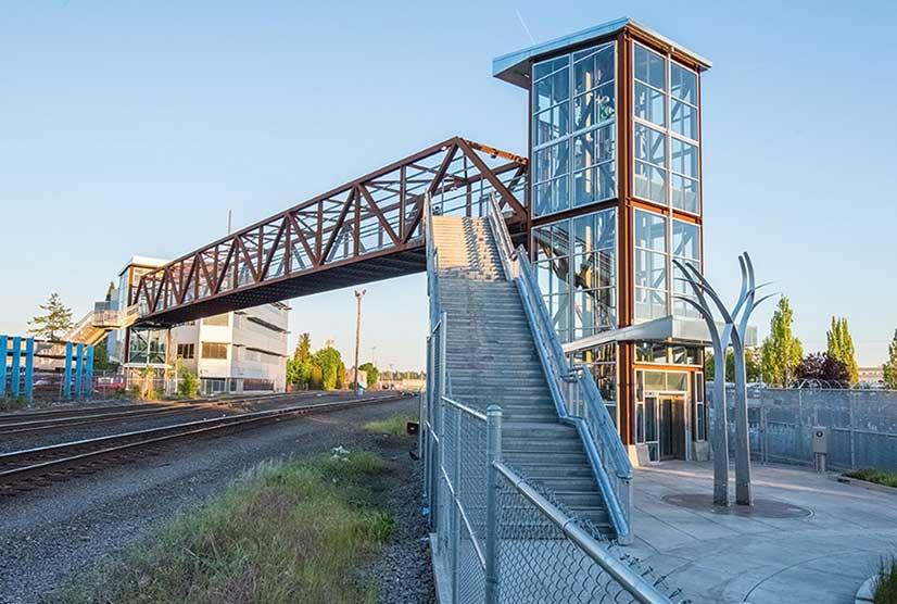 мост связывают здания или парковочные площадки со зданием.